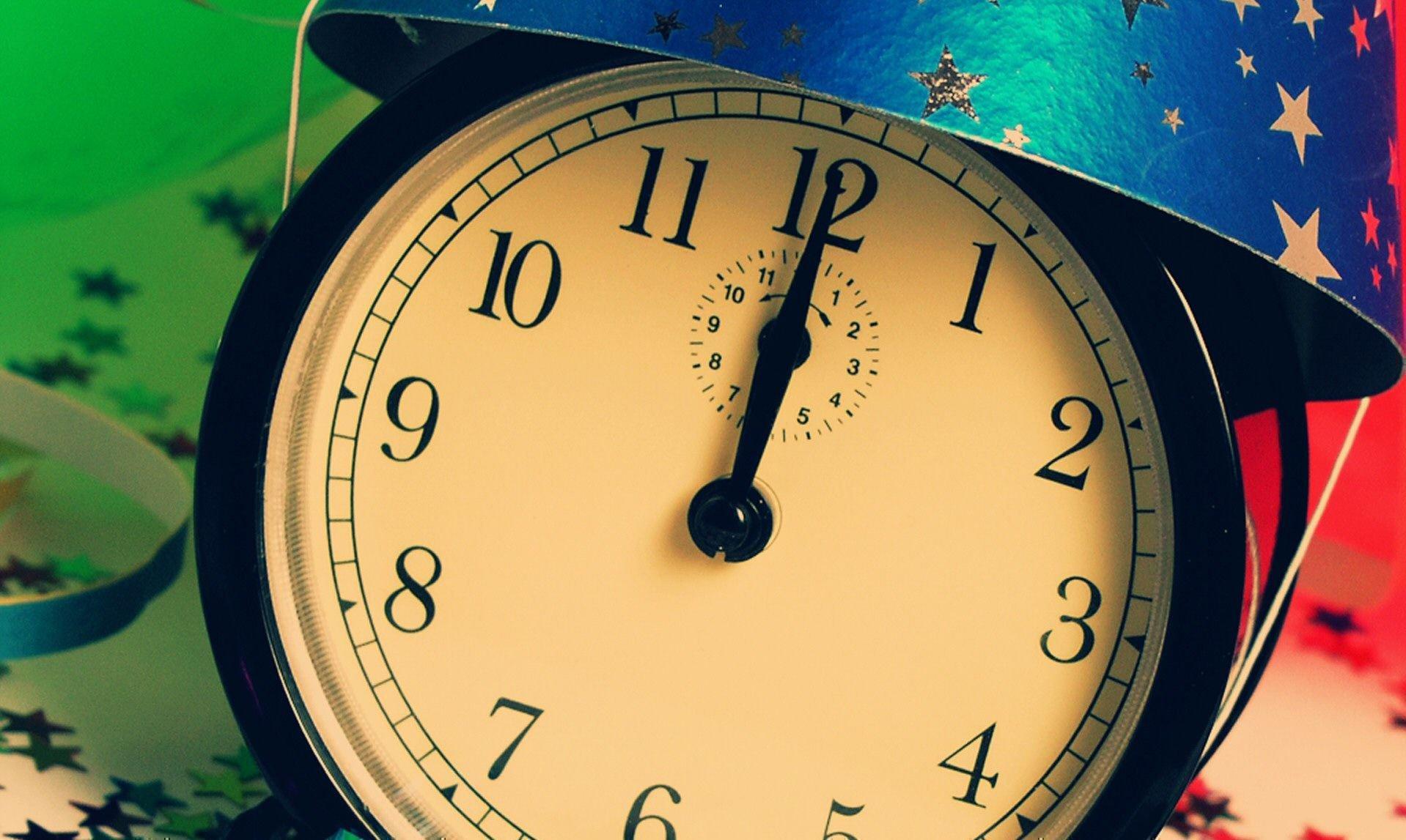 Часы, показывающие 12 часов дня