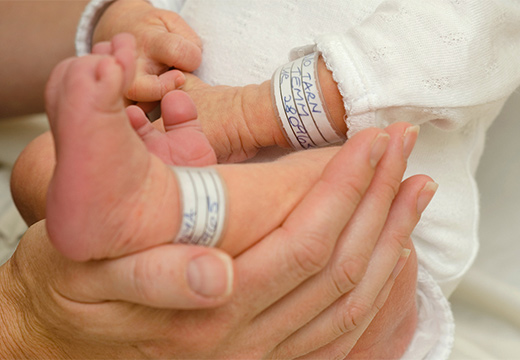 новорожденный ребенок и его бирки