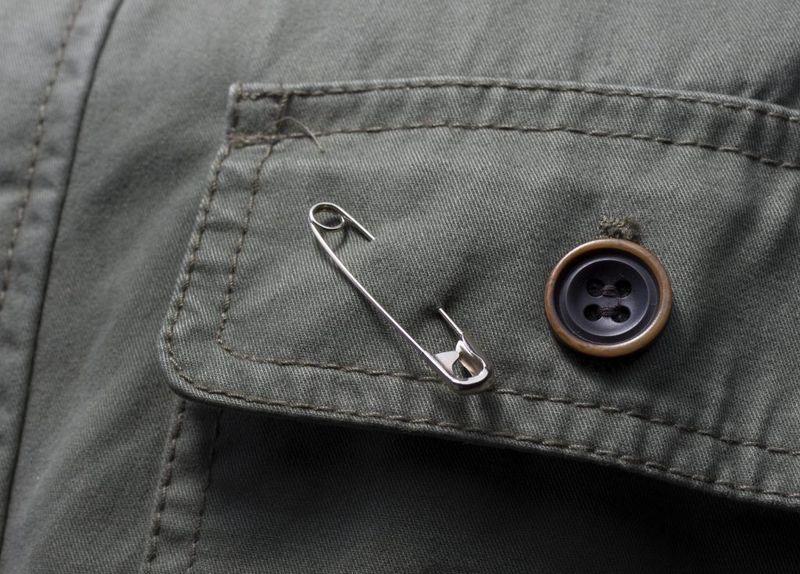 Булавка на кармане брюк
