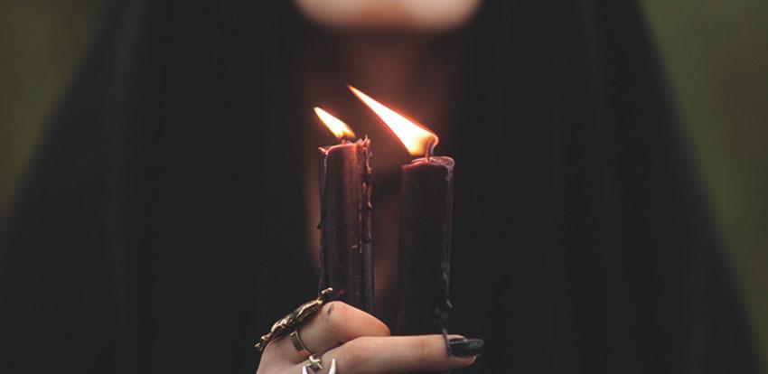Черные свечи в руках ведьмы