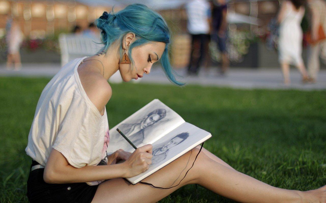 Девушка рисует портреты