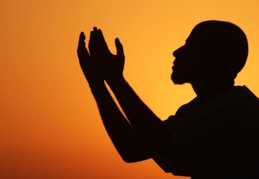 мусульманин молится вечером