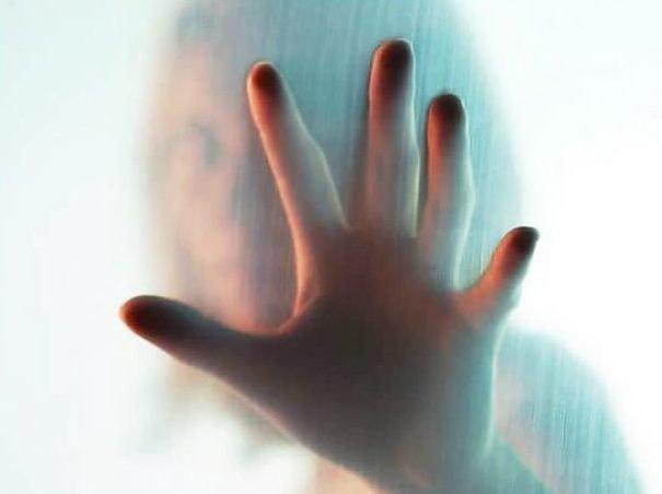 Рука на фоне контура женского лица