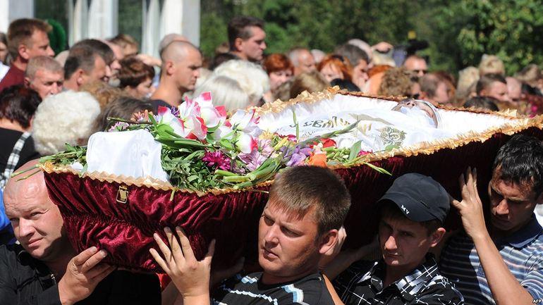 Люди несли гроб без крышки,