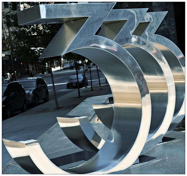 Металлическая скульптура в виде числа 333