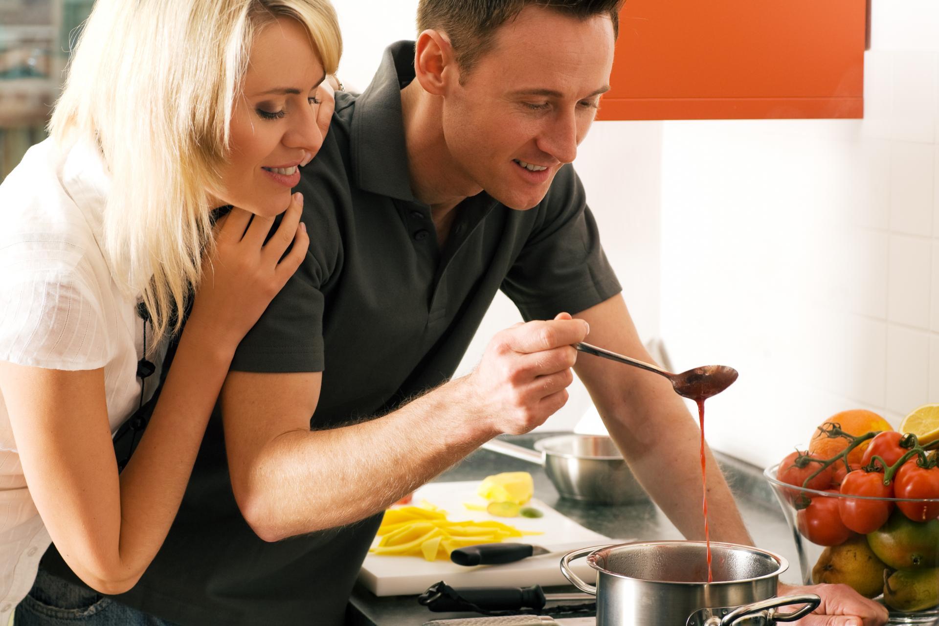 Женщина и мужчина готовят вместе