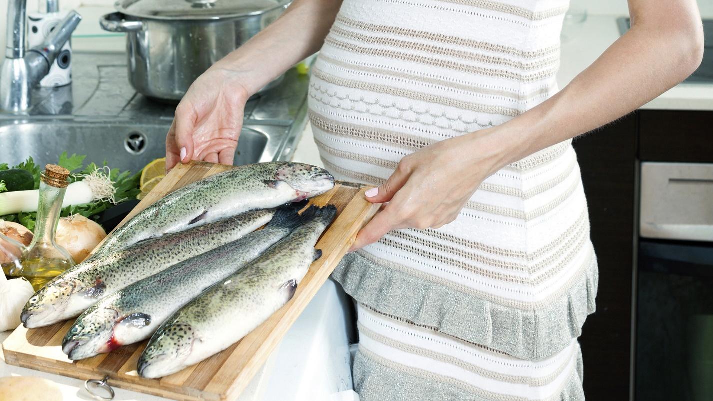 Беременная женщина с рыбой