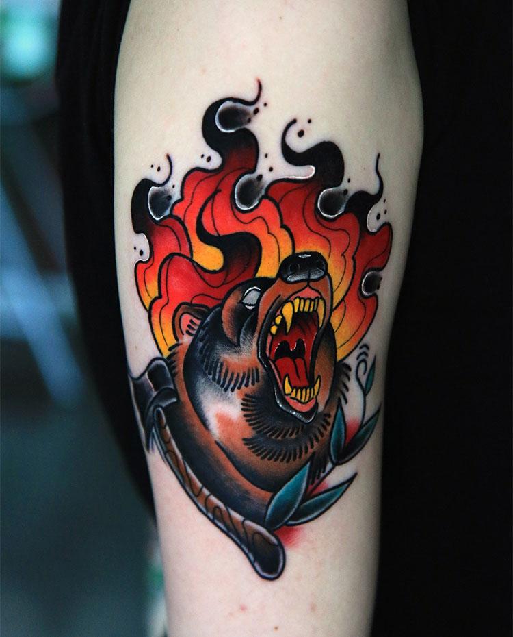 Бурый медведь с огнем, тату на плече у девушки