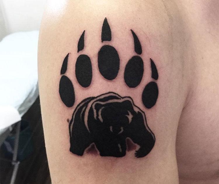 Лапа медведя, мужская тату на плече