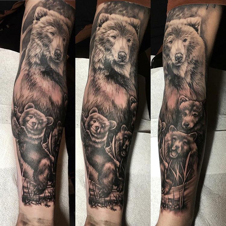 Семья медведей, тату на руке у парня