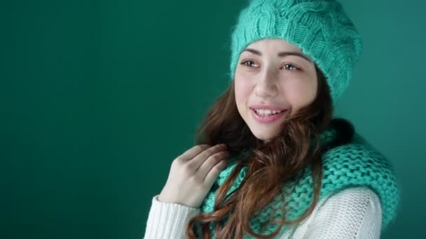 Девушка в бирюзовой шапке и шарфике.