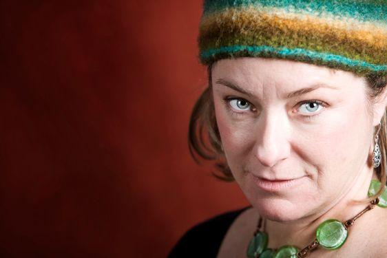 Женщина в разноцветной шапке.