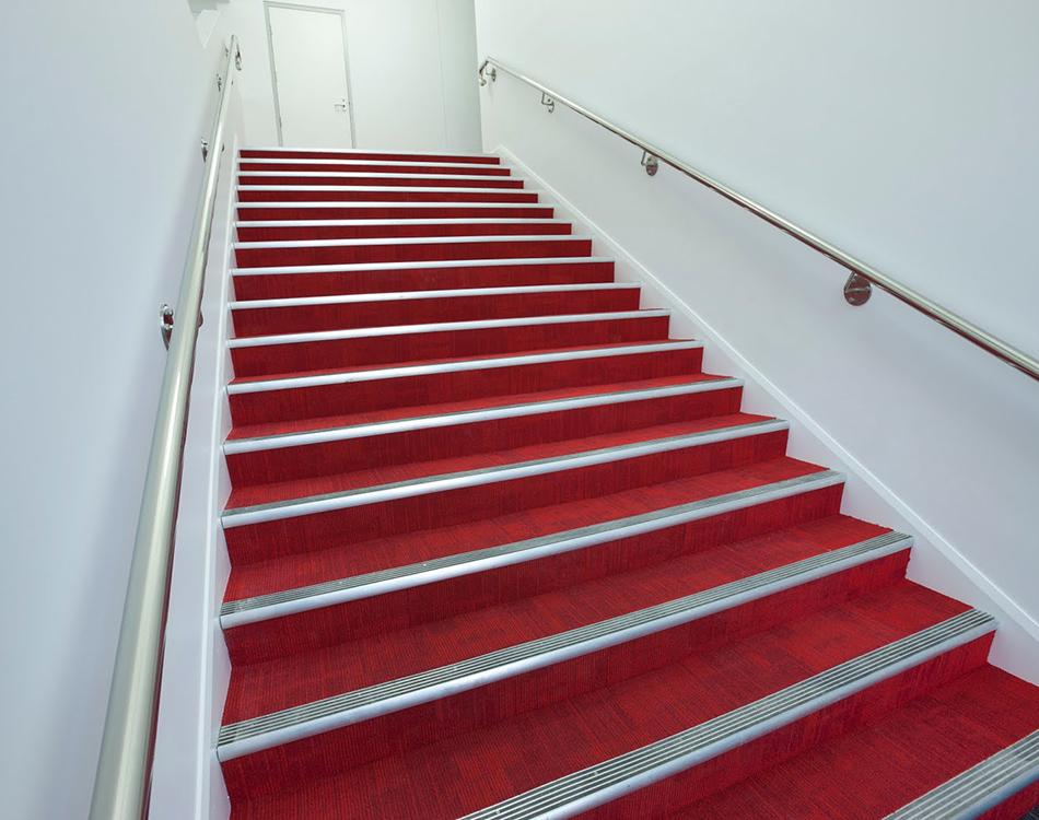 ступеньки красного цвета