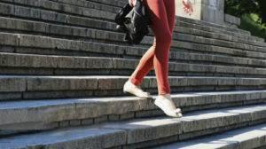 Девушка идет по ступенькам