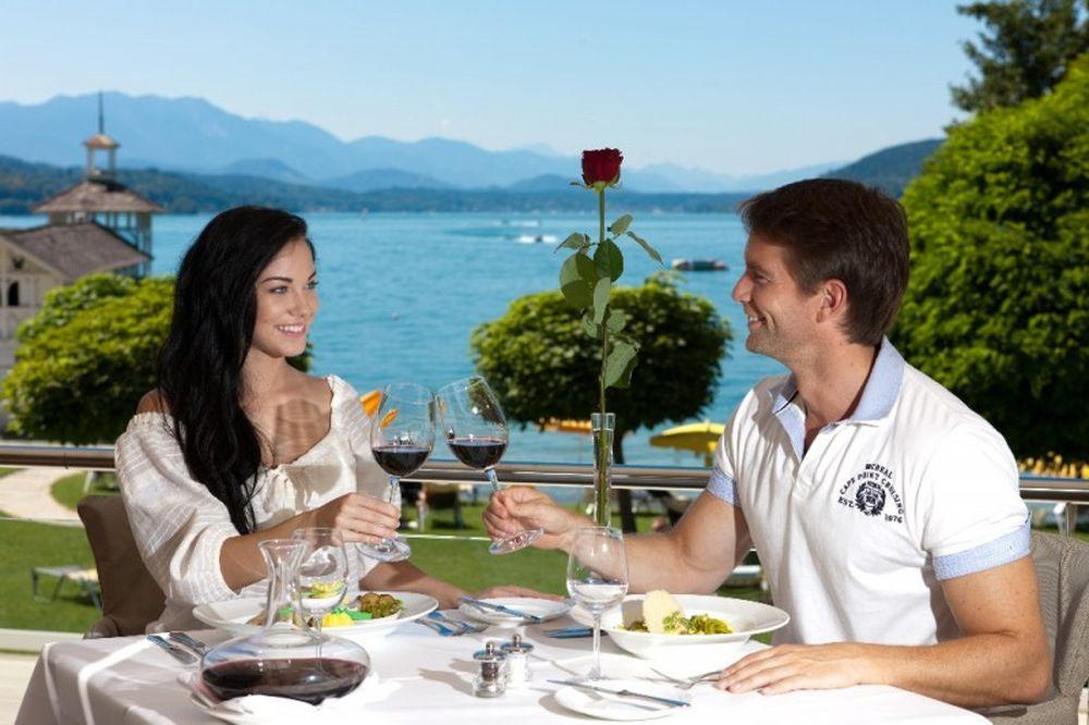 Влюблённые пьют вино